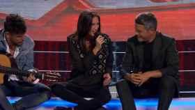 Pablo López, a la guitarra, Alejandro Sanz y una de las primeras concursantes (Antena 3).