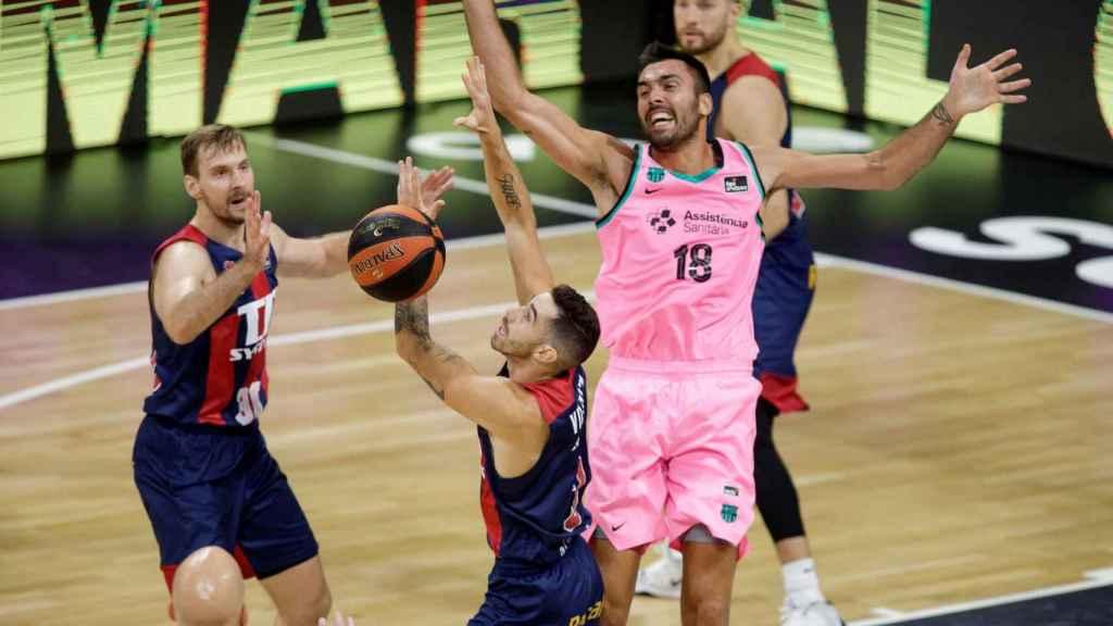 Pierre Oriola, contra Vildoza en el Baskonia - Barcelona de la Supercopa ACB