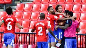Luis Milla celebra con sus compañeros su gol en el Granada - Athletic