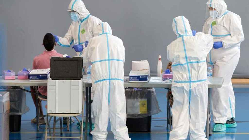 Personal sanitario realiza pruebas PCR en Gerona.