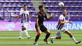 Dos jugadores de Real Valladolid y Real Sociedad pugnan por un balón