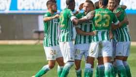 Los jugadores del Betis celebran el gol de Cristian Tello ante el Alavés