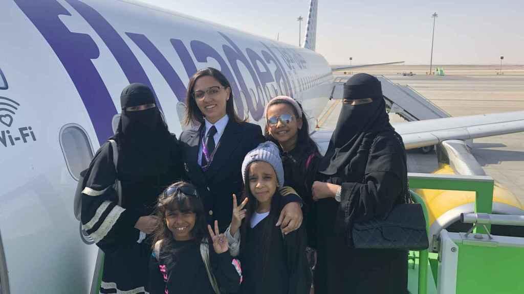 Gisela Armengol, con algunas pasajeras de Flyadeal.