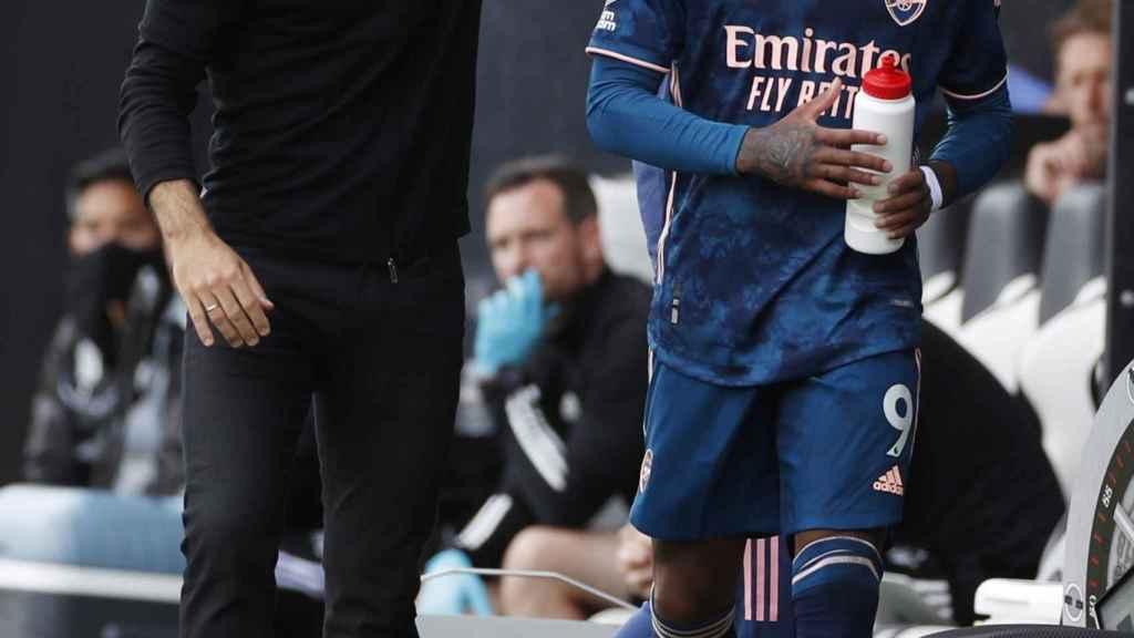 Lacazette y Mikel Arteta durante un partido del Arsenal