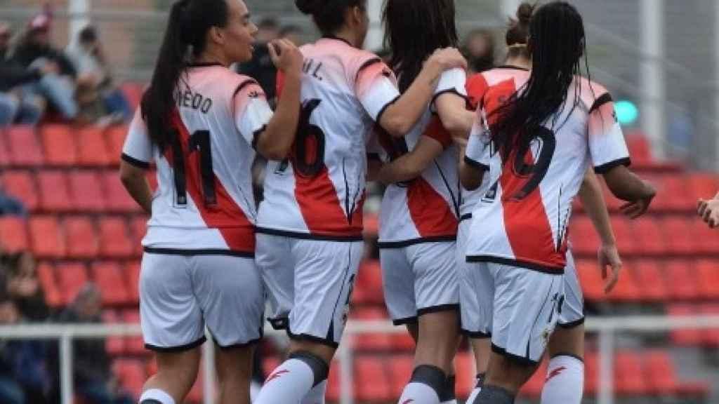Jugadoras del Rayo Vallecano abrazándose