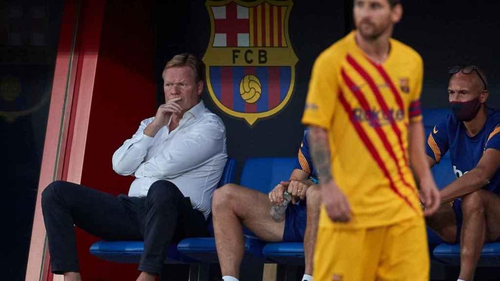 Leo Messi durante un partido del FC Barcelona con Koeman, en el banquillo, de fondo