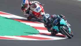 McPhee gana su primera carrera del Mundial y Arenas se mantiene líder de Moto3 pese a su caída