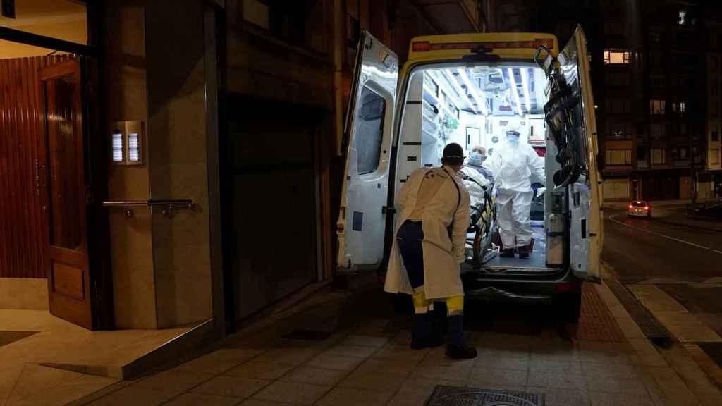 Un paciente Covid, en una ambulancia.