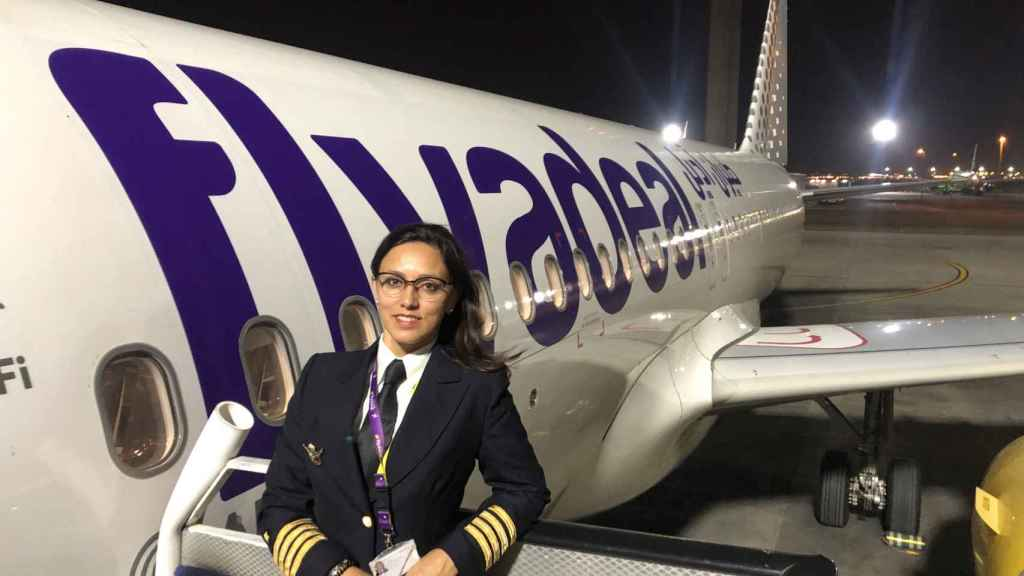 Gisela, primera comandante de avión en Arabia Saudí, con un avión de Flydeal.