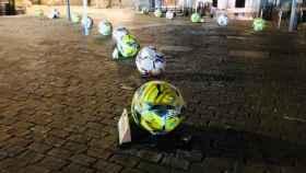 Los bolardos pintados como el balón de La Liga que han creado polémica en Madrid