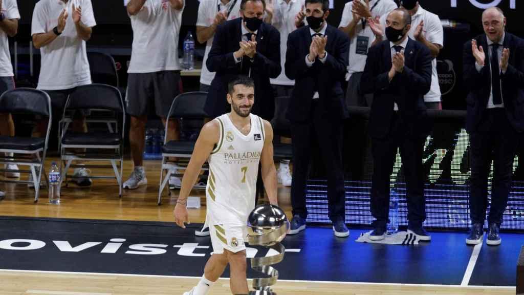 Facundo Campazzo recibe el MVP de la Supercopa Endesa 2020