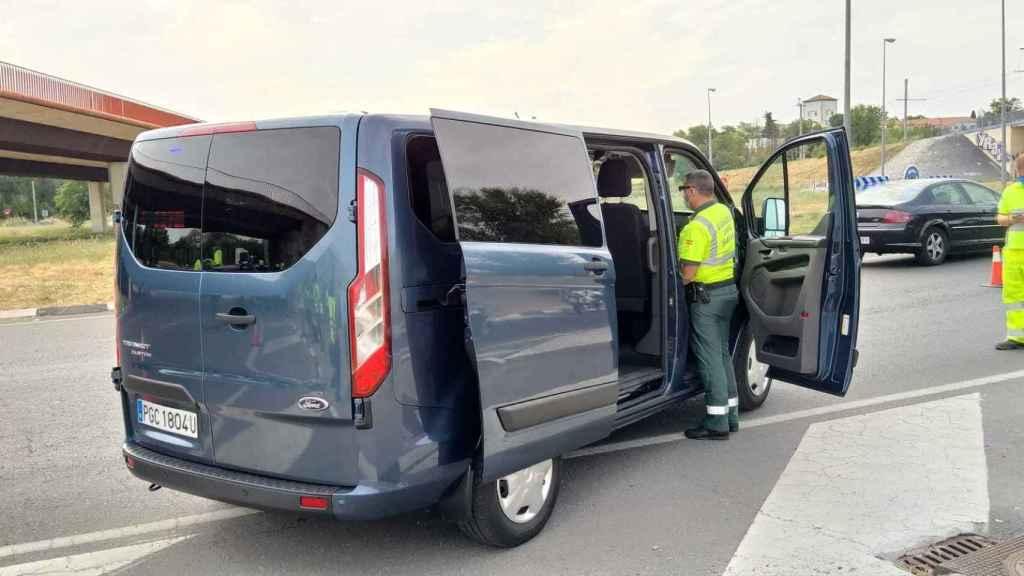 Un agente de la Guardia Civil y una de las 15 furgonetas de la DGT, cuyo fin es vigilar las distracciones al volante.