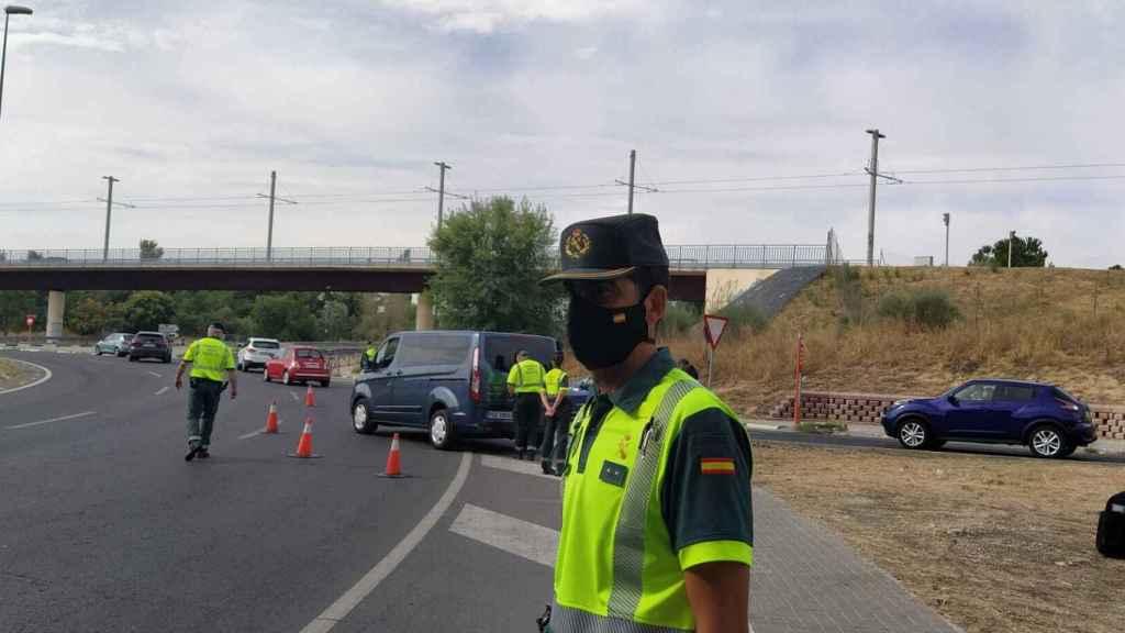 El teniente Martos, durante el control de la Guardia Civil. Al fondo, la furgoneta camuflada.