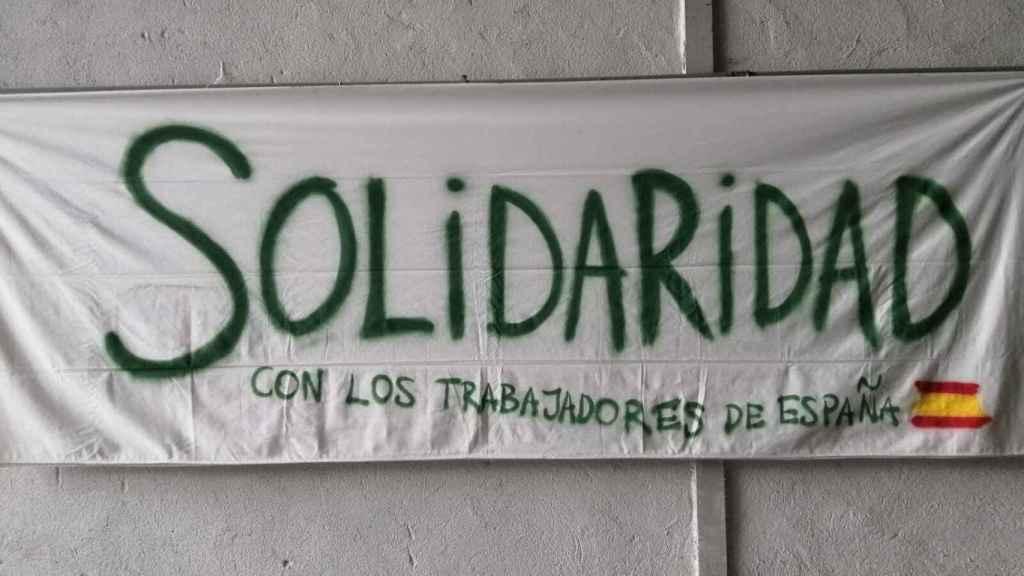 Una pancarta cuelga de la nave en la que Vox ha presentado el sindicato.