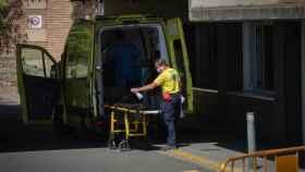 Un sanitario junto a una ambulancia, en una foto de archivo.