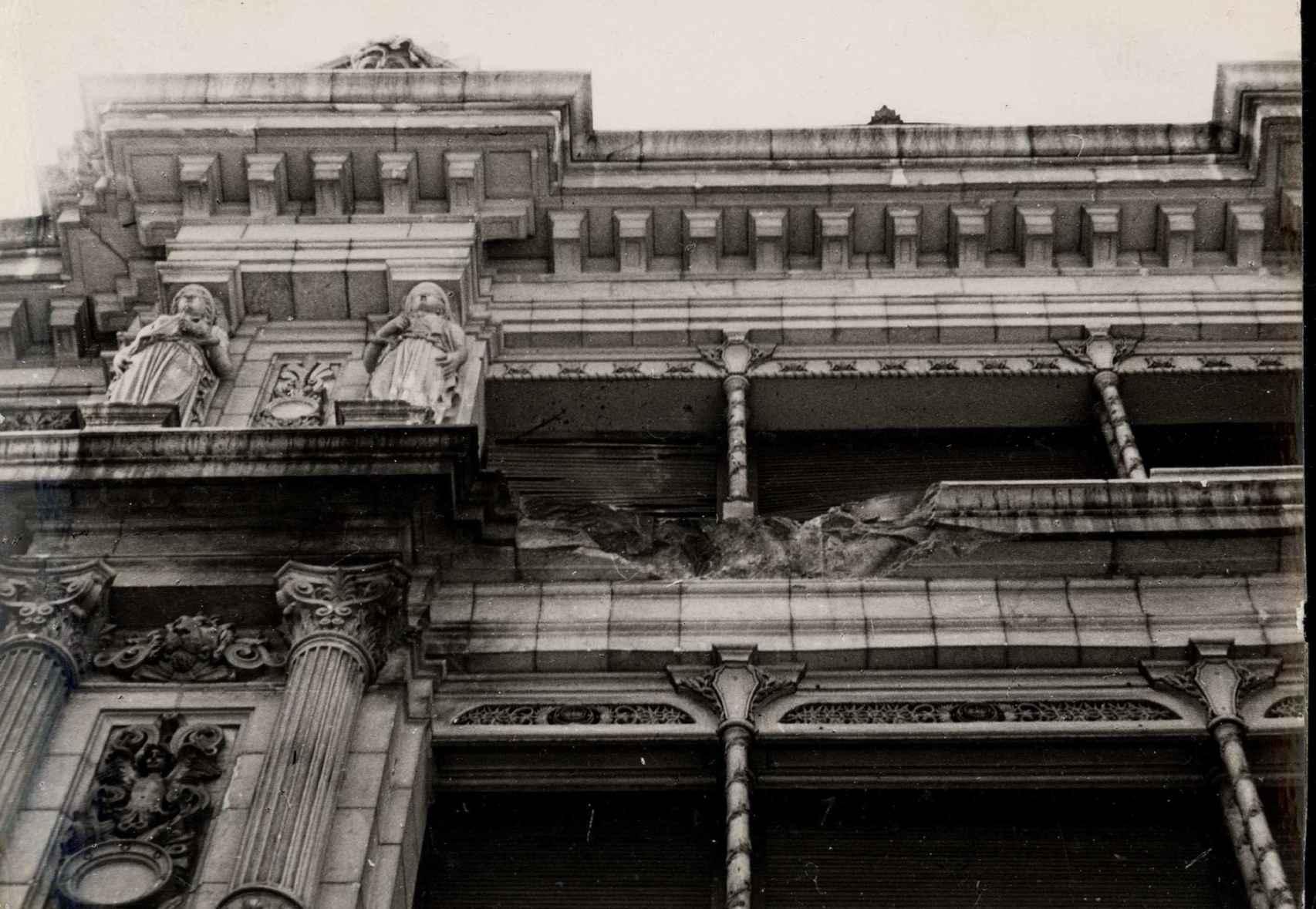 Efectos de una bomba sobre una de las fachadas del Banco de España.