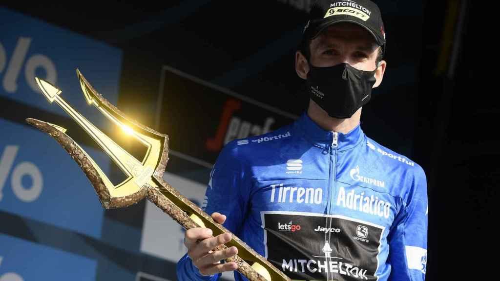 Simon Yates con el tridente de la Tirreno Adriatico