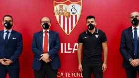 Presentación de Acuña con el Sevilla