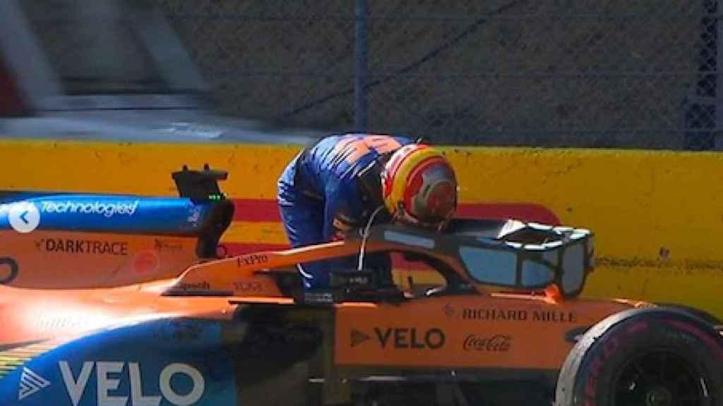 Carlos Sainz sale de su coche