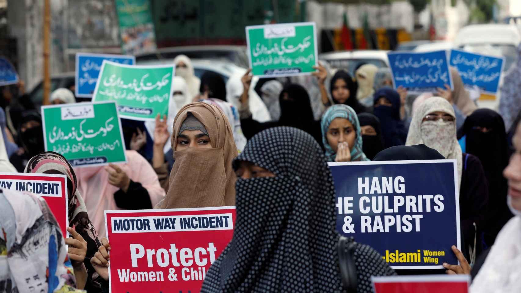 Cientos de mujeres han salido a la calle para pedir el arresto de los responsables.