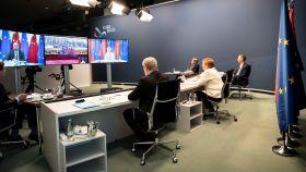 Los líderes de la UE siguen la videoconferencia con Xi Jinping.