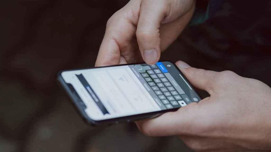Teléfono recibiendo SMS.