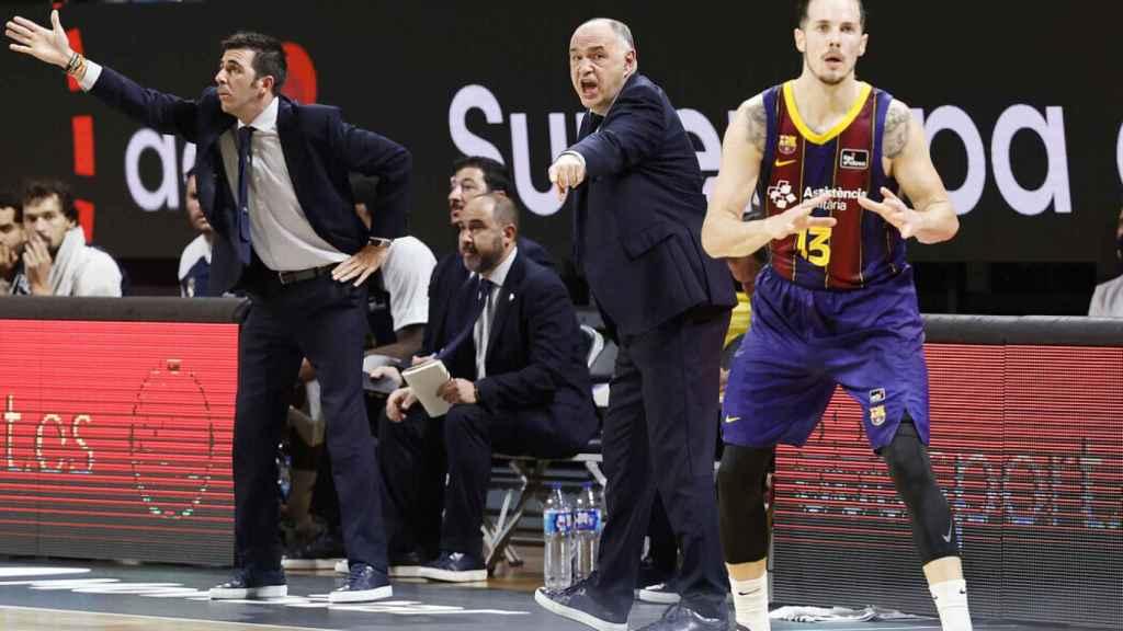 Pablo Laso dando indicaciones con Heurtel delante