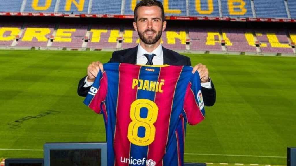 Miralem Pjanic, con su nueva camiseta del Barça y el número 8