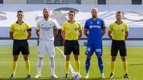 Sergio Ramos y David Timor posan con el equipo arbitral del amistoso