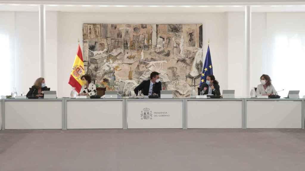 Sánchez, entre sus vicepresidentes Calvo e Iglesias, en el Consejo de Ministros.