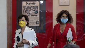 Carmen Calvo y María Jesús Montero, en Moncloa, ante una portada de prensa sobre el último exiliado.