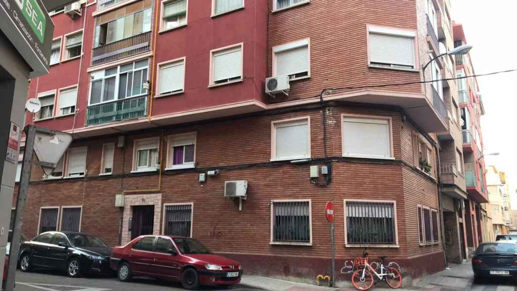 Fachada del bloque número 76 de la calle Domingo Ram, donde se produjo el ataque.