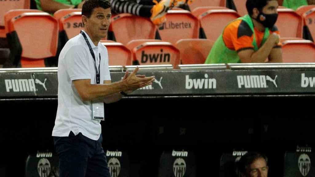Javi Gracia, en el banquillo del Valencia CF durante el partido de La Liga frente al Levante UD