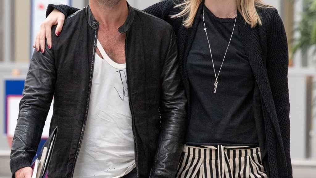 Jude Law y Coan paseando sonrientes por Londres en 2019.