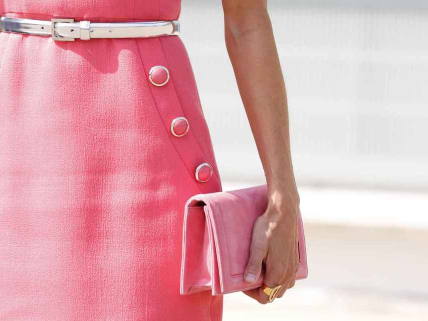 Detalle de la botonadura del vestido y el bolso de la Reina.