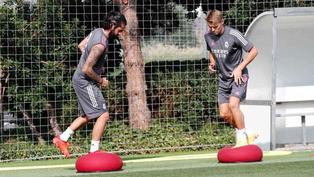Isco Alarcón y Martin Odegaard, durante un entrenamiento del Real Madrid
