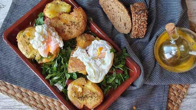 Patatas asadas crujientes con huevo poché