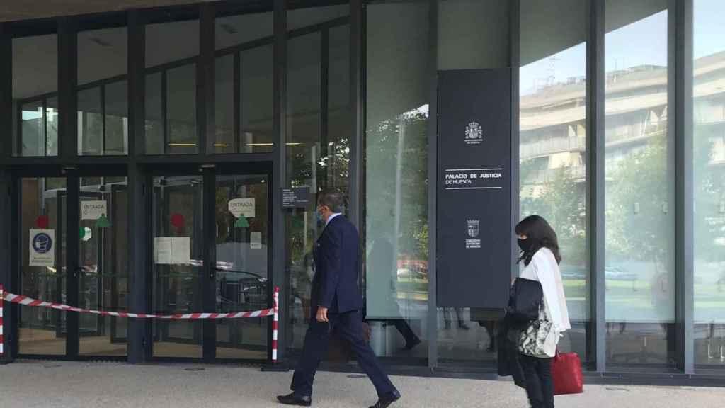 Los abogados de los acusados en su entrada a la Audiencia Provincial de Huesca