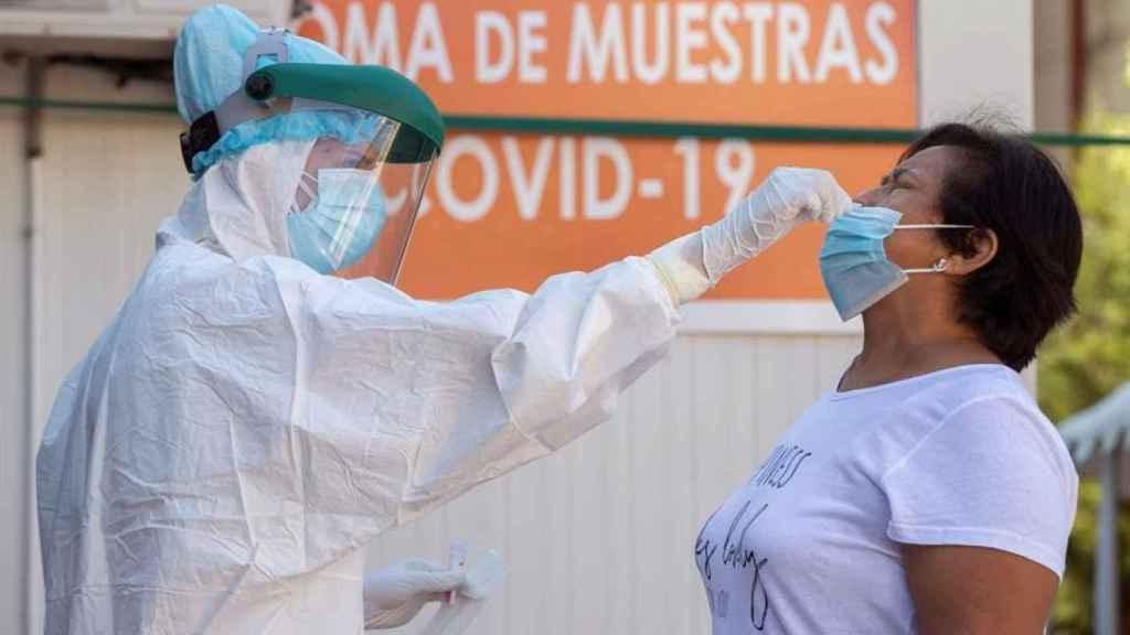 Una enfermera realiza una prueba PCR a un posible caso de Covid-19.