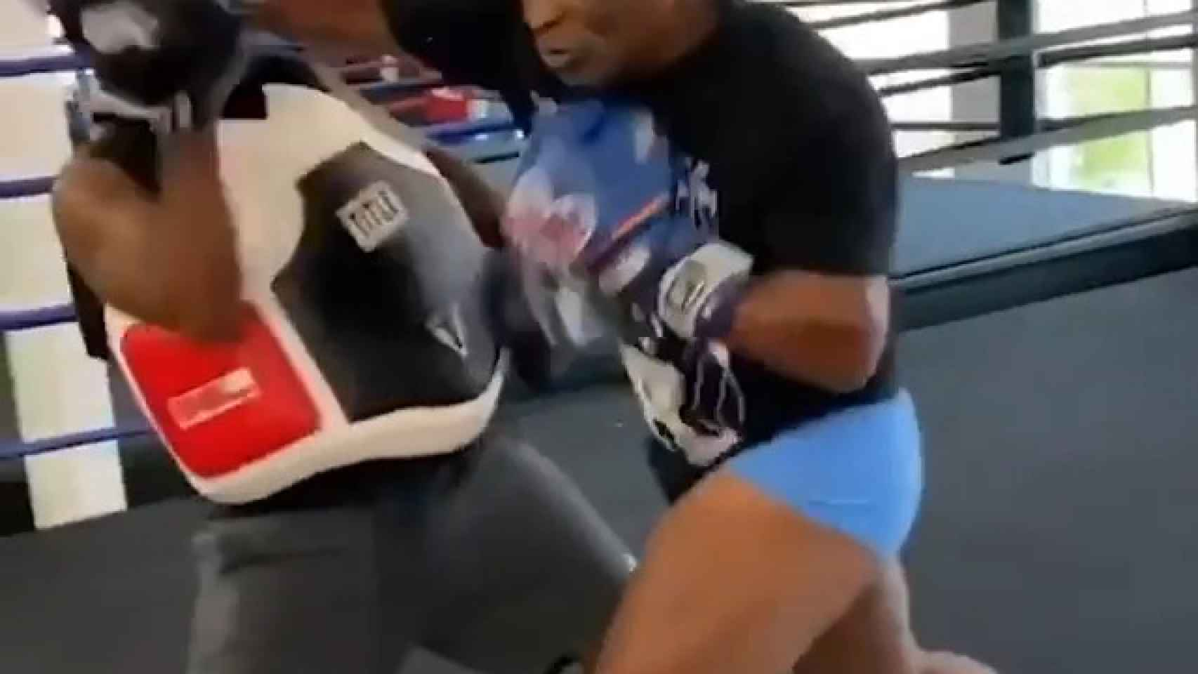 Mike Tyson deja KO a su entrenador tras un puñetazo letal... ¡e involuntario!
