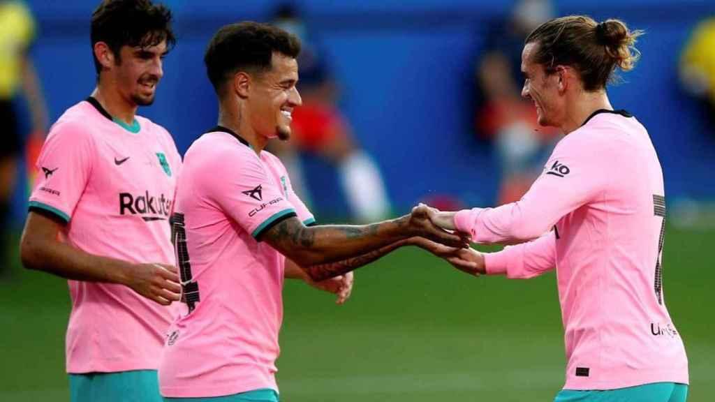 Coutinho celebra con Griezmann su gol en el Barcelona - Girona de pretemporada