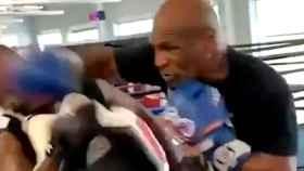 Puñetazo involuntario de Mike Tyson a su entrenador