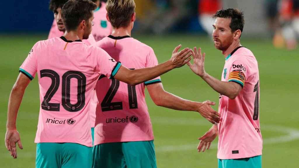 Piña de los jugadores del Barcelona tras el gol de Messi
