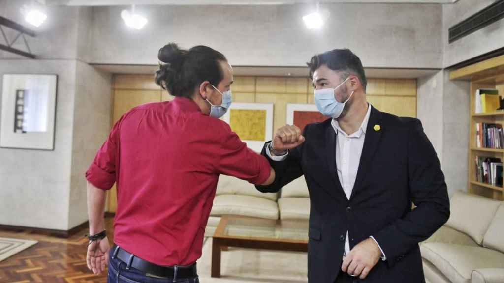 Pablo Iglesias saluda a Gabriel Rufián en la sede de la Vicepresidencia segunda.