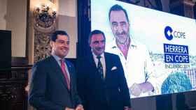 Carlos Herrera junto a Juan Manuel Moreno Bonilla, presidente andaluz, en la presentación de septiembre de 2019.