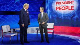 Donald Trump con el presentador George Stephanopoulos en los estudios de ABC News.