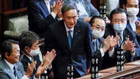 Yoshihide Suga, aplaudido por sus compañeros de partido tras ser elegido primer ministro.