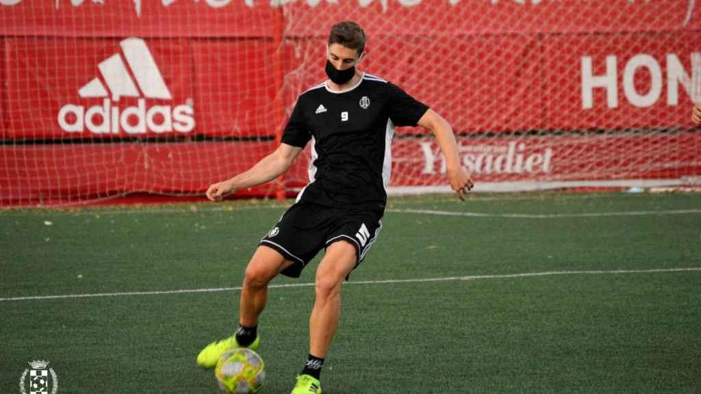 Uno de los jugadores del Atlético de Pinto, durante un entrenamiento de pretemporada en el Estadio
