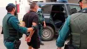 Agentes de la Guardia Civil conducen al narcotraficante Antonio Tejón al interior de un vehículo policial.