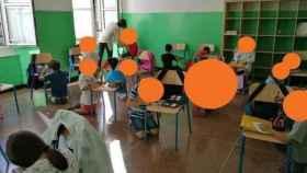 Niños escribiendo en sillas en las escuelas de Italia.
